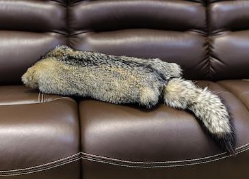 Меховая подушка енот